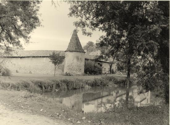 Tizac-de-Lapouyade, une propriété avec tour.