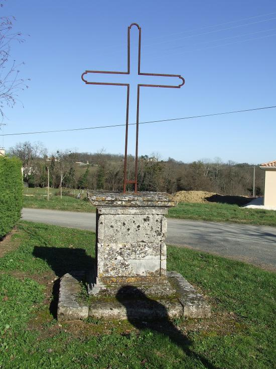 Saint-Aubin-de-Branne, une croix de carrefour 1840,