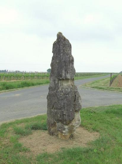 Naujan et Postiac, une pierre verticale,