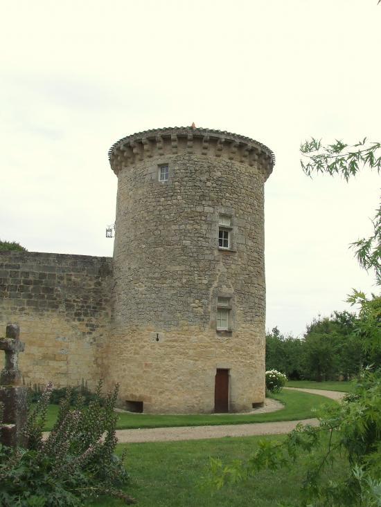 Génissac, le Vieux-Château: une tour.