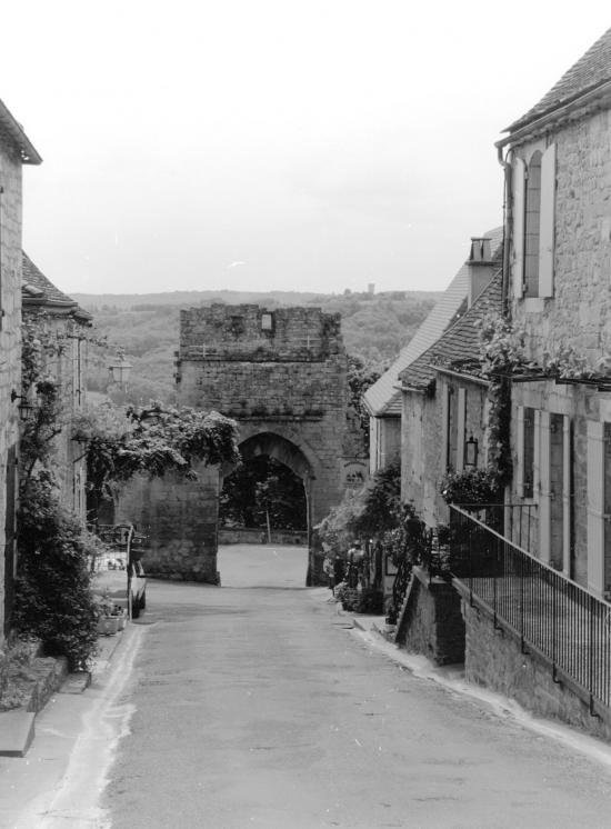 Domme, une ruelle et une porte d'accès.